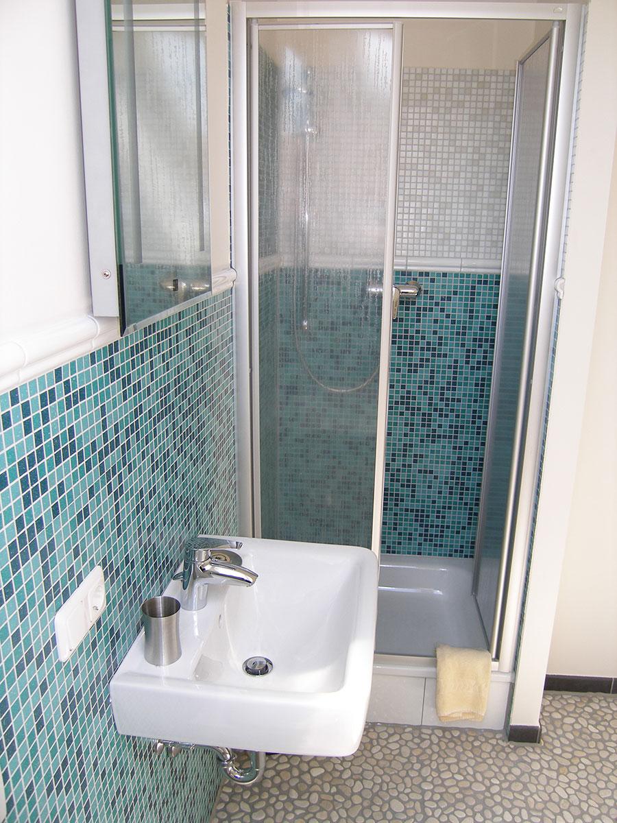 Badezimmer im Fremdenzimmer in Aiterhofen