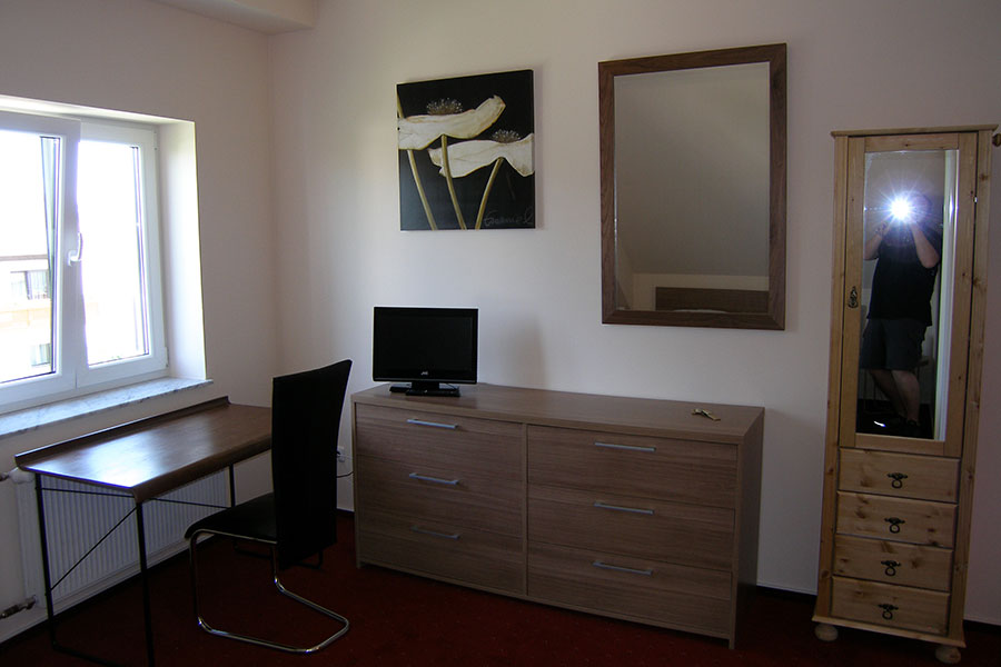 Zimmer mit TV und Schreibtisch